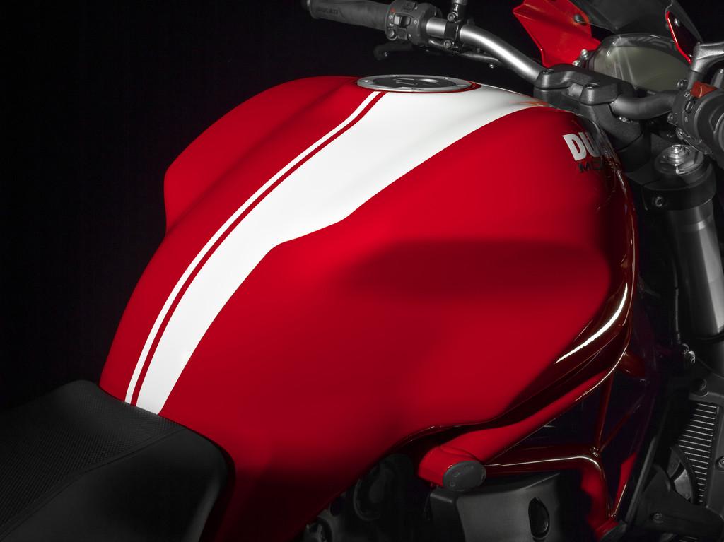 Zwei Ducati Monster mit Streifen