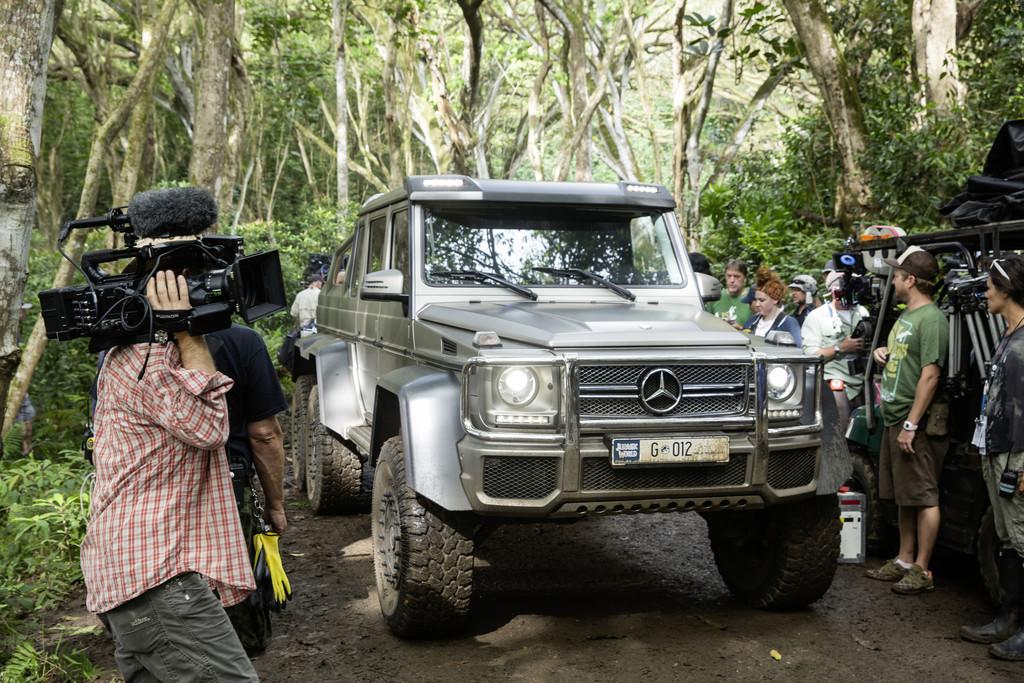 Mercedes-Benz setzt sich mit Dinosauriern in Szene