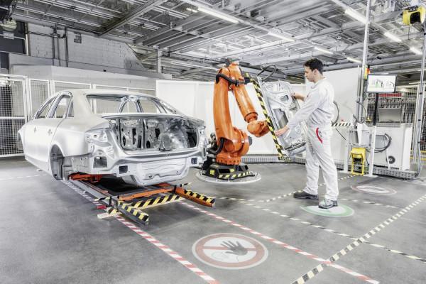 Audi: Roboter assistiert Monteur