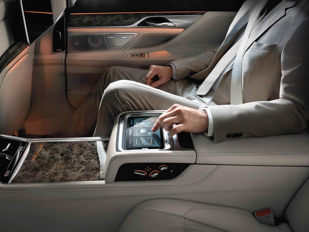 """""""Hier bestimme ich. Im Fond des Luxus BMW wird per ipad dirrigiert. Es ist herausnehmbar."""""""