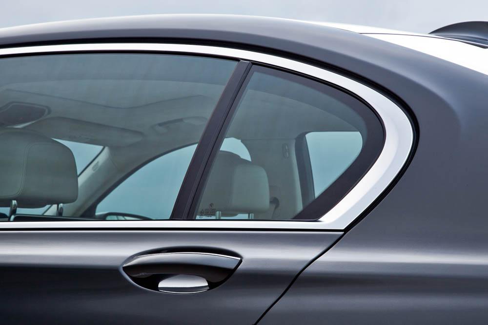 """""""BMW achtet auf jedes Detail. So ist die Chromleiste aus einem Stück gefertigt."""""""