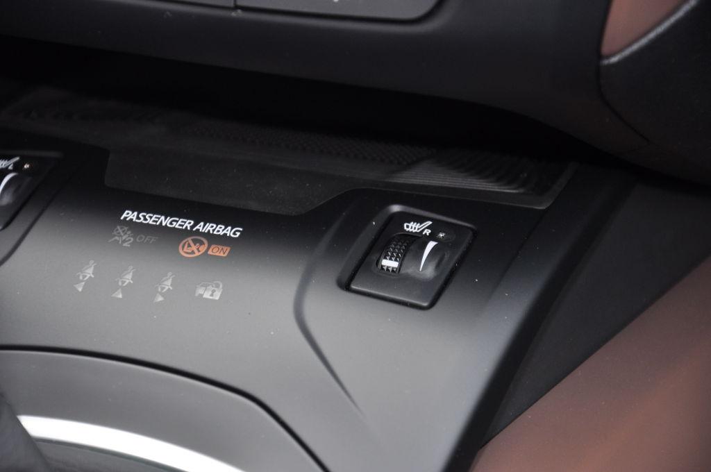 Doch genau da liegt auch ein Problem des Avensis. Neben den erwähnten Assistenten erschöpft eine Sitzheizung bereits die Auswahl an Optionen. Viele der für ein Mittelklasse-Flaggschiff üblichen Extras – wie adaptiver Tempomat oder eine elektrische Heckklappe – gibt es nicht gegen Geld und gute Worte.