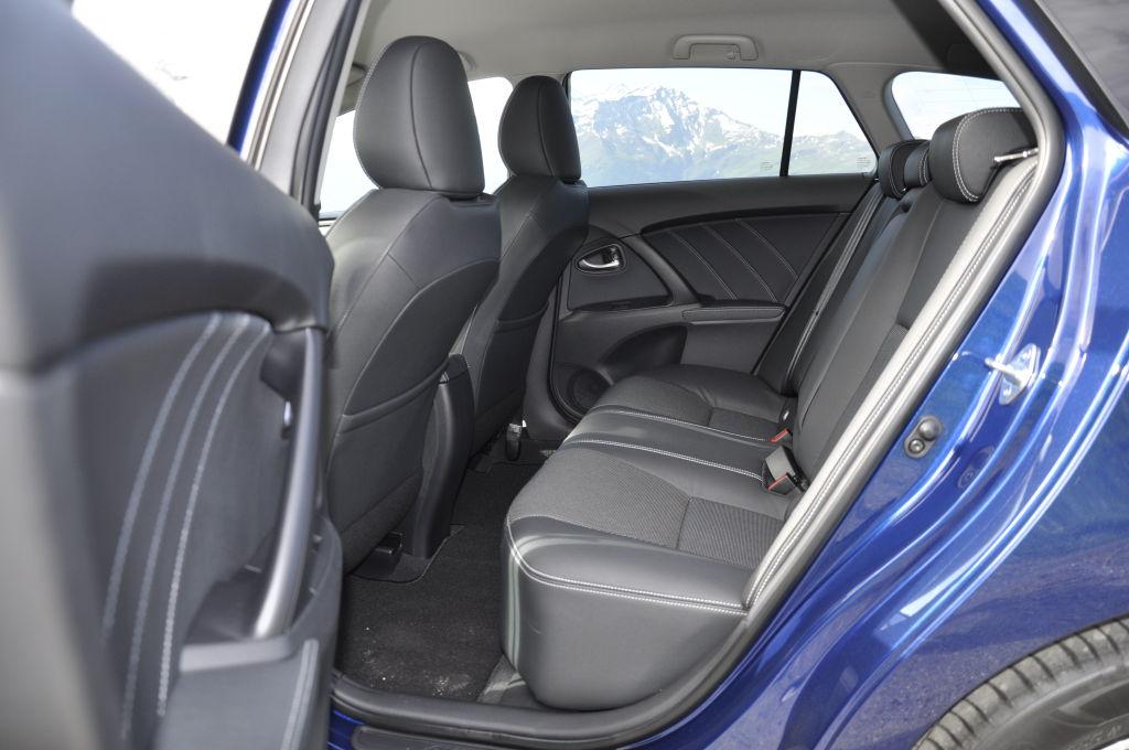 Dafür bewahrt sich der Avensis seine alten Tugenden. Viel Platz im Fond und eine sehr entspannende Fahrweise. Hierfür hat Toyota die Geräuschdämmung auf ein sehr hohes Niveau gebracht. Neue Dämpfer bügeln unebene Straßen nahezu perfekt aus ohne dass der Avensis zu weich gefedert wäre.