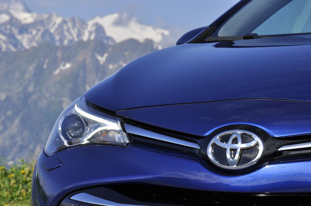 Bei entsprechender Ausstattung spendiert Toyota dem Avensis nun markante Voll-LED-Scheinwerfer.