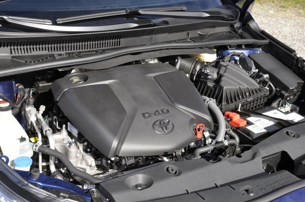 Unter der Haube gibt es zwei neue Diesel. Der 1.6-Liter-Selbstzünder mit 112 PS ist bereits aus dem Verso bekannt. Neu ist der spritzige 2.0-Liter-Diesel mit 143 PS. Dass beide Motoren aus der Kooperation mit BMW stammen kann können und müssen sie nicht verleugnen. Zwar hat Toyota beide mehr auf Sparsamkeit als auf Dynamik getrimmt, dennoch überzeugen beide durch ihre Laufkultur.