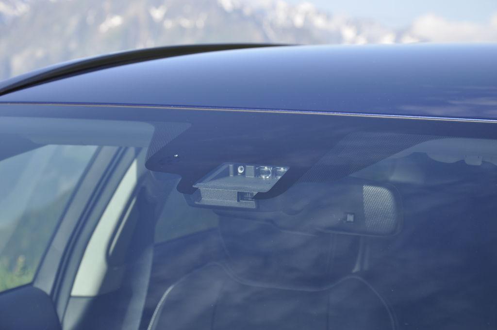 Serienmäßig an Bord ist ab sofort das Toyota Safety Sense Systemmit Frontkollisionswarner mit Notbremsfunktion. Bei höherem Ausstattungsniveau wird dieses etwa um einen Fernlichtassistent, Spurhalteassistent und Verkehrszeichenerkennung erweitert.