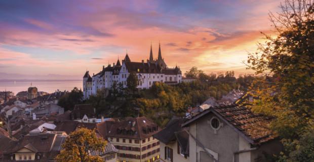 Das Schloss welches Neuenburg seinen Namen gab, im Abendlicht. Heute ist das Schloss der Sitz der Kantonsregierung und des Kantonsparlamentes.