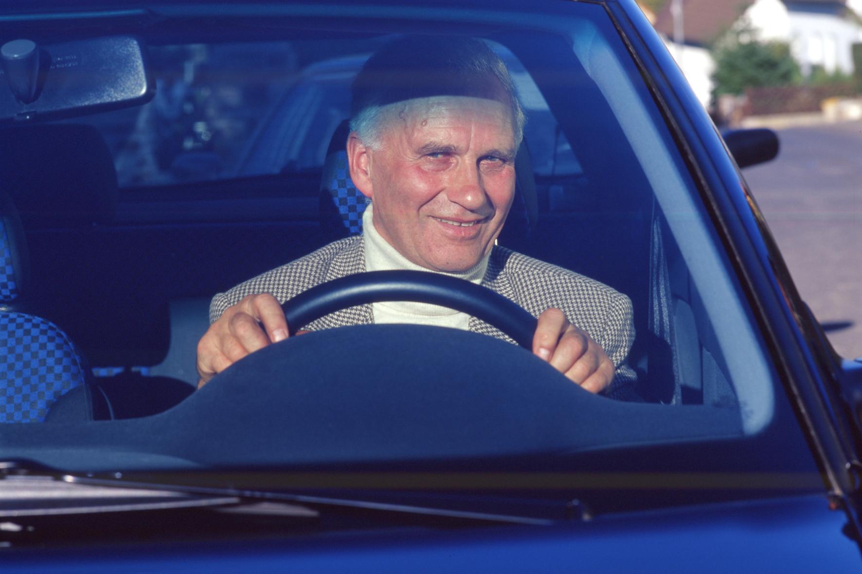 Rentner verwechselt Pedale im Auto - Führerschein weg