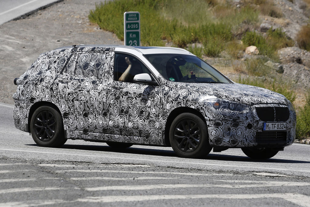 Dem Aussehen nach, wird es eine Mischung aus X1, Audi A3 Sportback und Range Rover Evoque.
