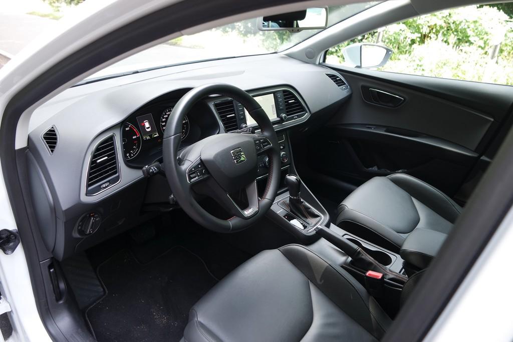 Innen wirkt der viele schwarze Kunststoff des Armaturenträgers und der Mittelkonsole fast so spartanisch wie in einem Sportwagen.