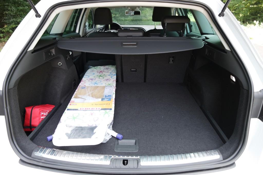 Der Seat Leon X-Perience ordnet sich in die Reihe der schnellen Kombis aus dem Konzern ein, bei denen der zusätzliche Laderaum eher eine ästhetische Funktion als eine nützliche hat.