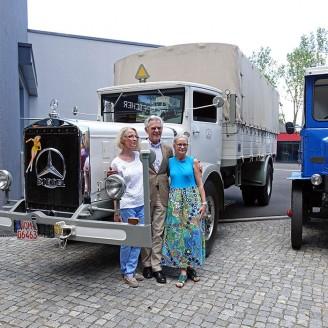 Karl-Heinz Rehkopf mit den beiden Töchtern des Museumsgründers, die eigens für die Übergabe angereist waren.