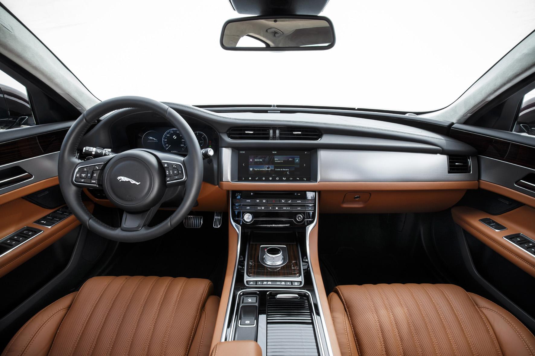 Alles gut im Griff hat der Fahrer an seinem Arbeitsplatz. Aber es gibt viele Tasten für etliche Funktionen, ein neuer 8-Zoll-Touchscreen soll die Arbeit erleichtern.