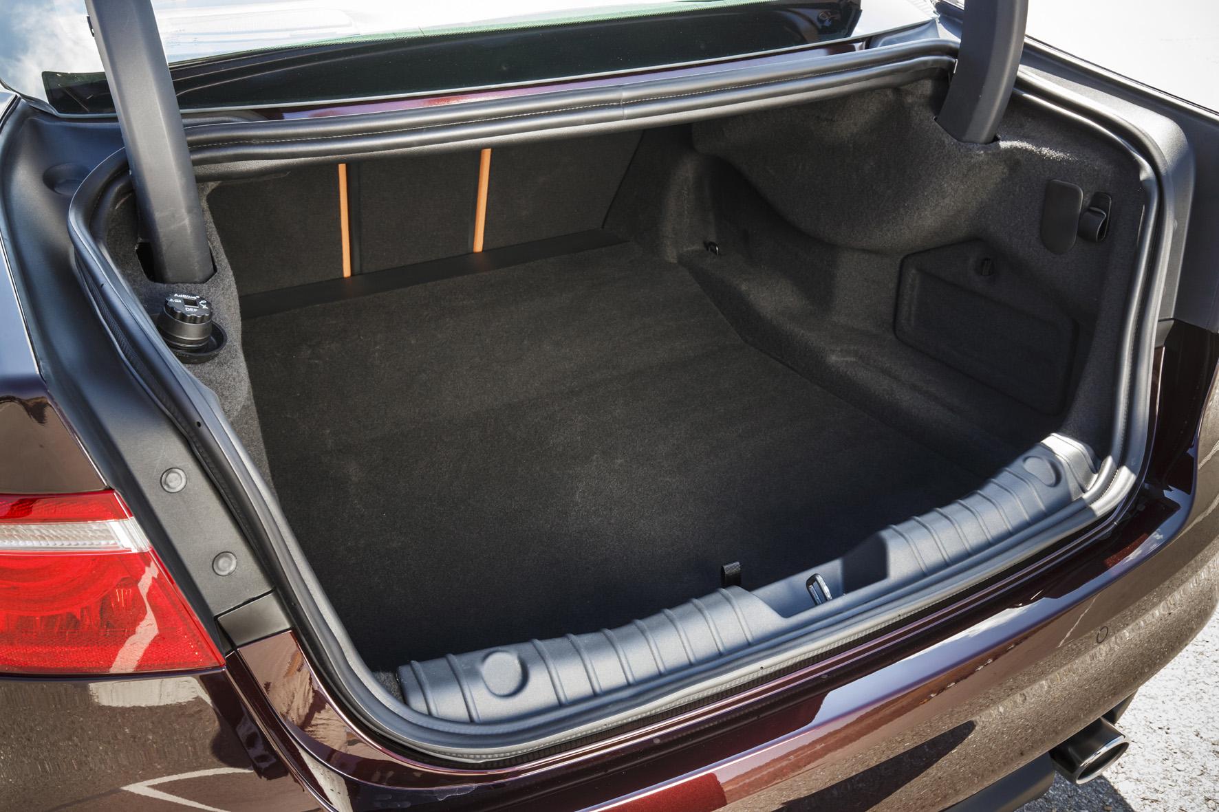 Der Kofferraum ist über eine niedrige Klappe eingeschränkt zugänglich, sein 540-Liter Stau-Volumen lässt sich auf 885 Liter erweitern.