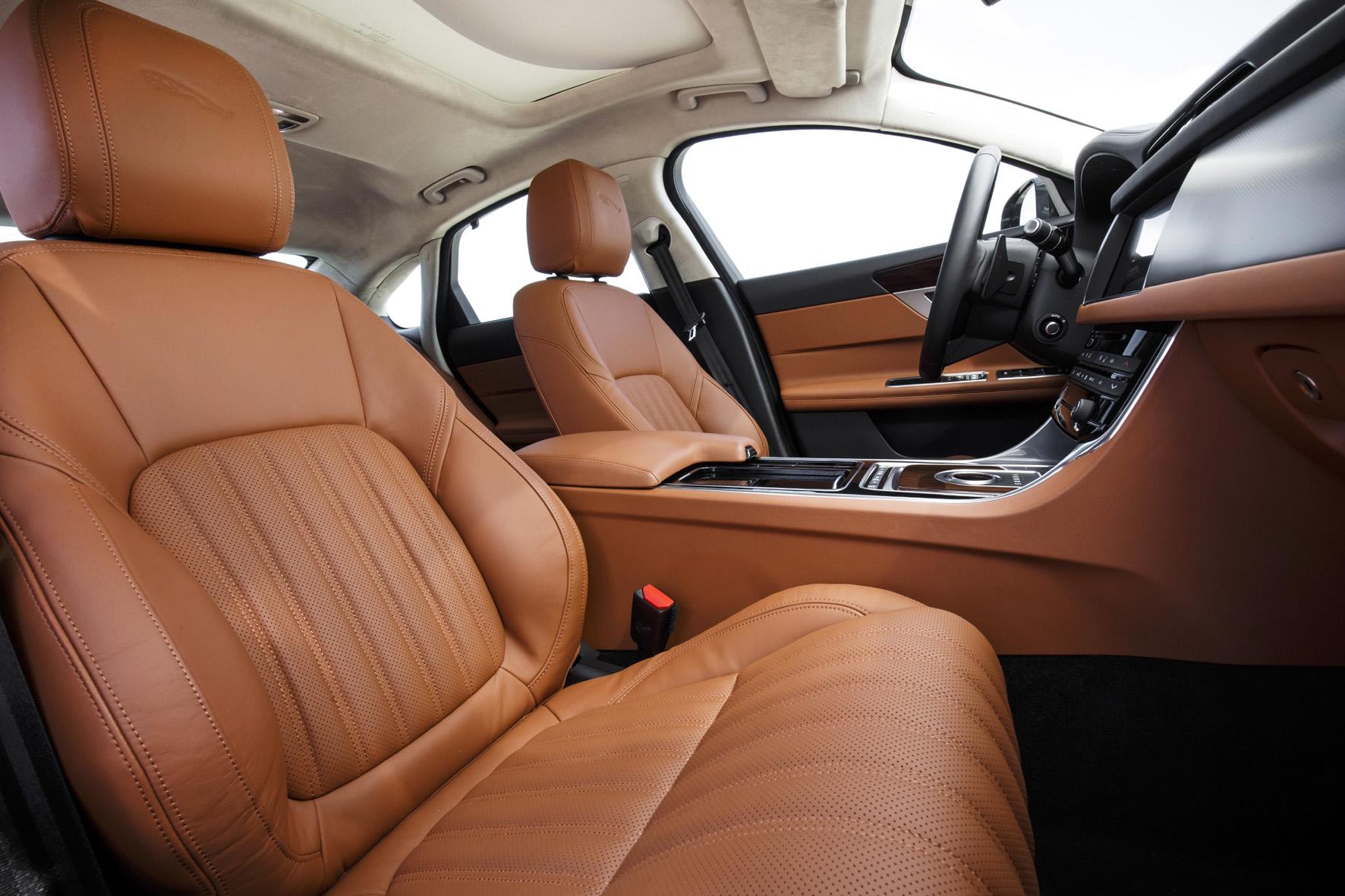 Straff gepolsterte Sitze vorne mit großem Verstellbereich, gutem Körperhalt und dem Flair einer britischen Club-Lounge sind ein Stilmittel im XF.