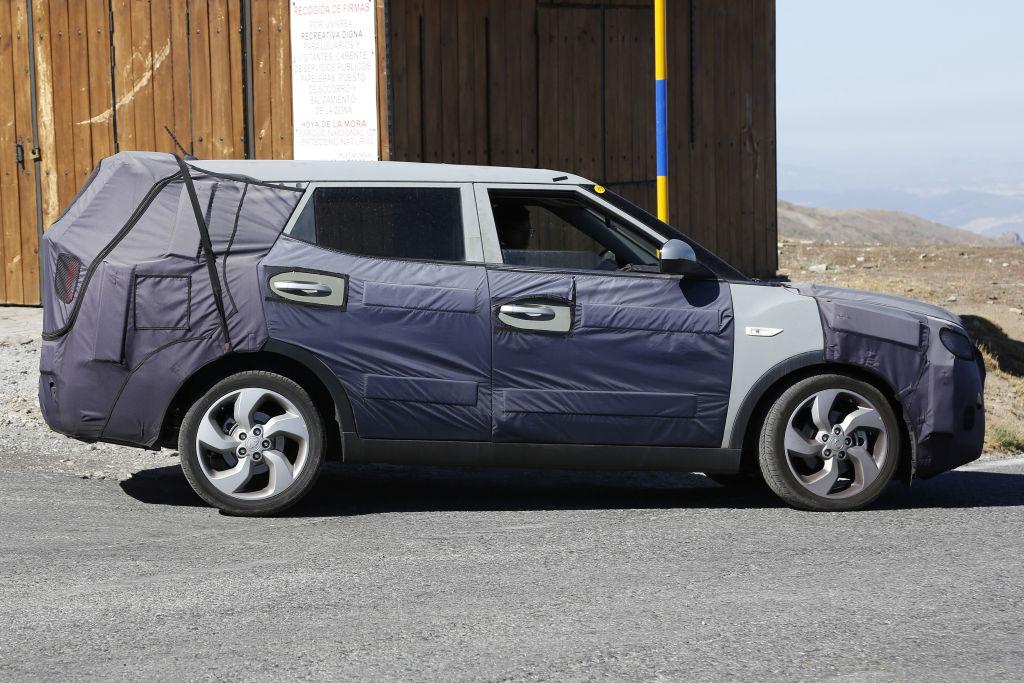 Es wird den 7-Sitzer mit neuen Benzin u. Dieselmotoren geben, sowie in der 2WD und 4 WD Variante.