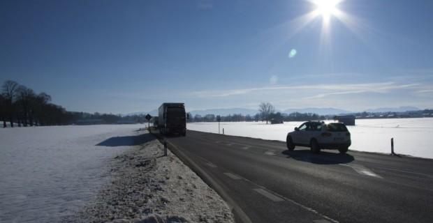 Wer bei Schnee ohne Winterreifen fährt, muss mit Bußgeldern rechnen.