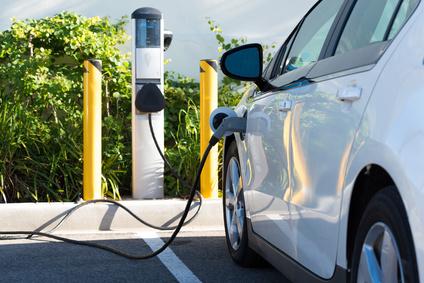 An der Zapfsäule bekommt das E-Auto direkt Energie zugeführt.