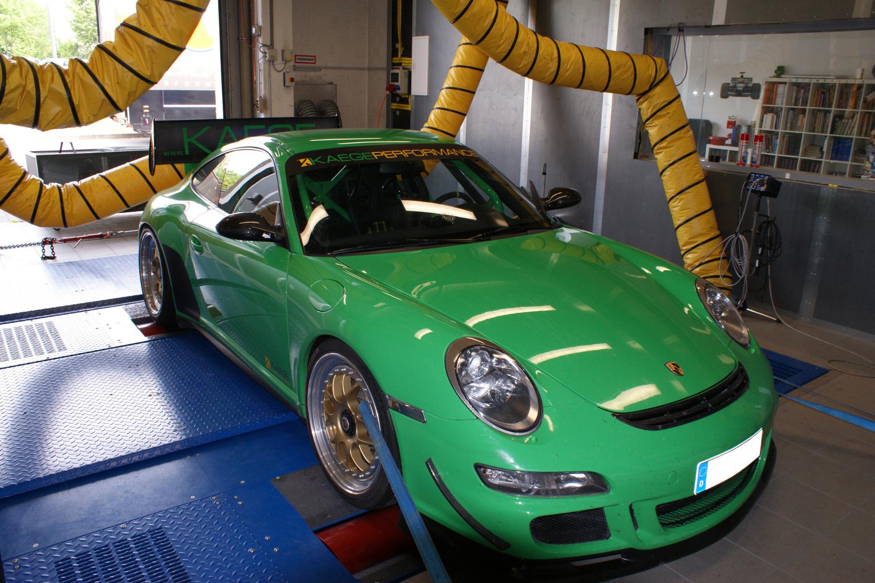 Neue Abgasanlage, Krümmer und Kats, Carbon-Airbox und weitere Detailarbeiten verhelfen dem 911 GT3 zu 440 PS. Das sind 35 Pferdchen mehr als das Serienmodell.