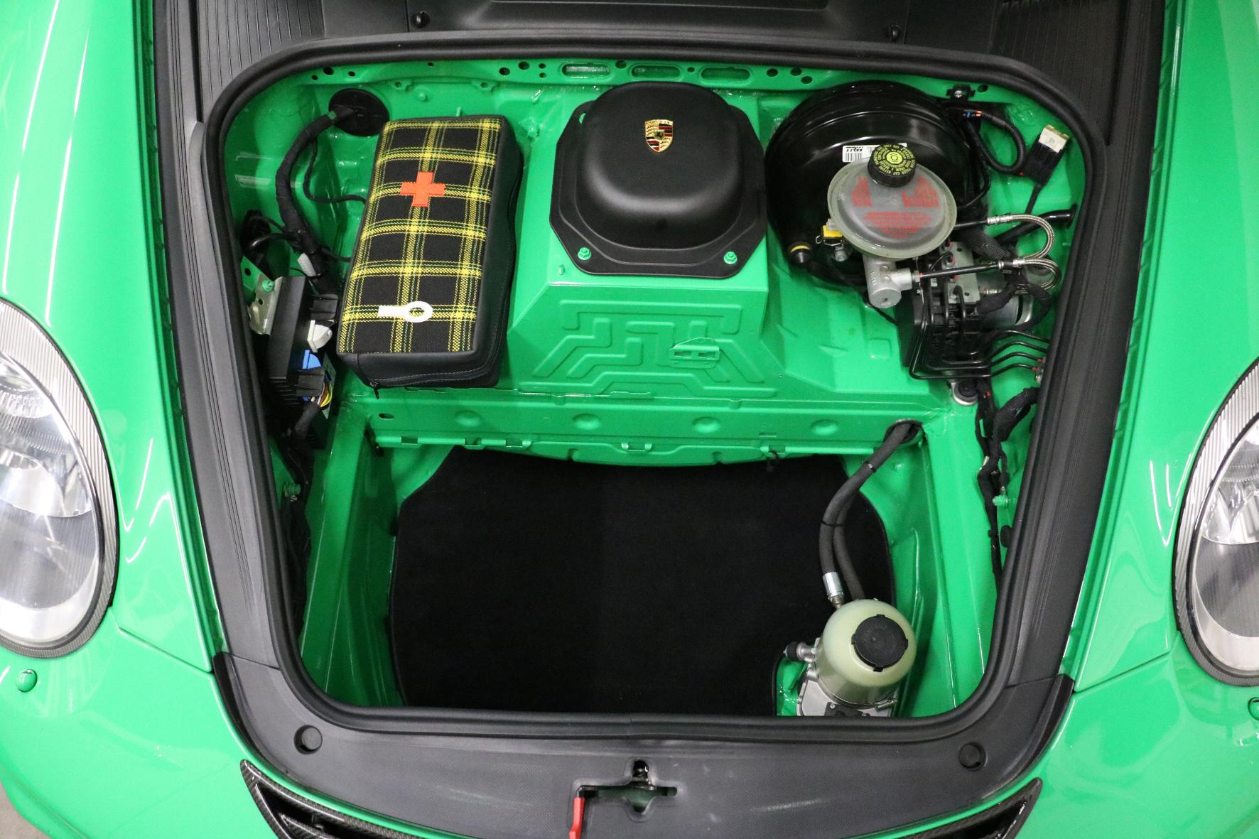 Verkleidungen raus, Spezialtaschen rein: der umgebaute Kofferaum des Porsche 911 GT3 RS.