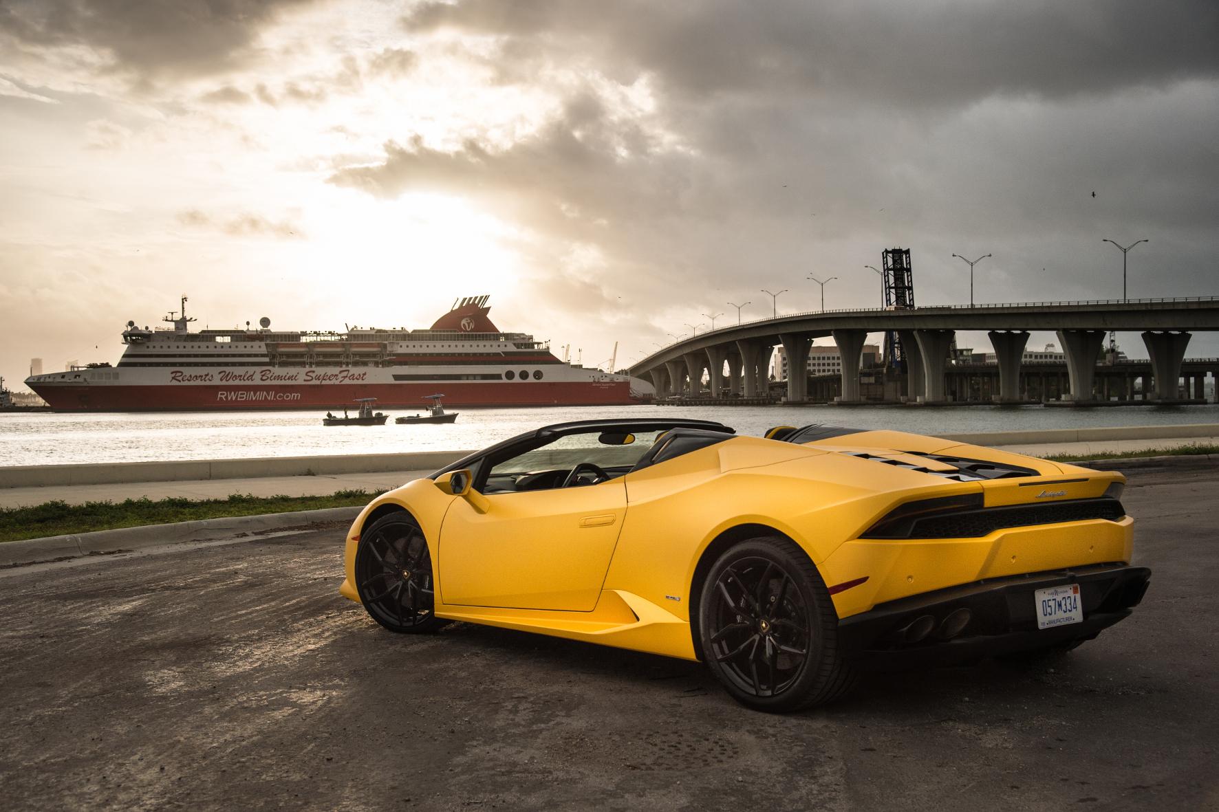 Der Fahrer richtet den Blick im Lamborghini Huracan Spyder besser nach vorne als gen Heckscheibe. Dann ist der Ausblick deutlich produktiver.
