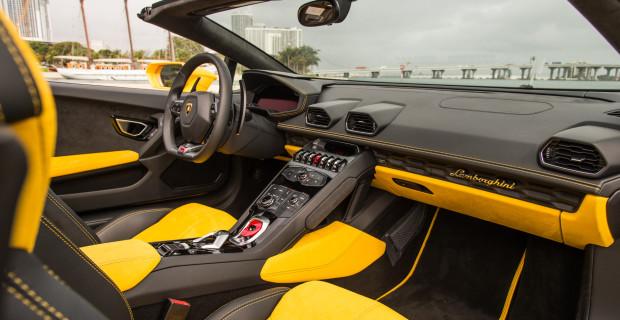 Fahrer und Beifahrer sitzen im Lamborghini Huracan Spyder extrem tief.