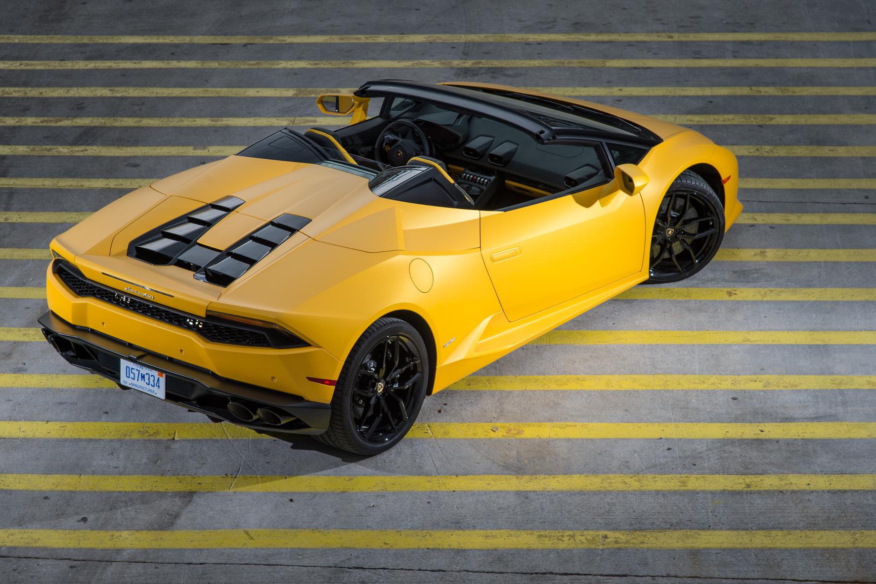 Von Luftöffnungen verdeckt, schlummert im Heck des Lamborghini Huracan Spyder ein 5,2-l-Zehnzylinder mit 610 PS.