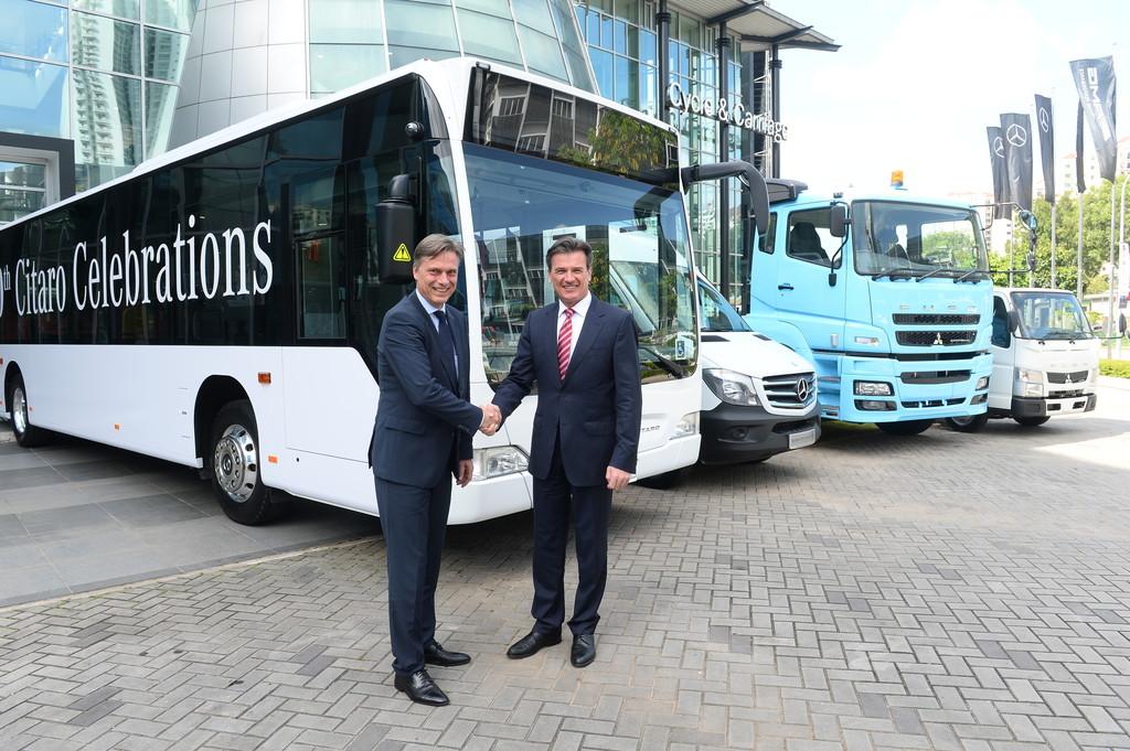 Daimler-Lkw- und Bus-Vorstand Dr. Wolfgang Bernhard und Kai-Wolf Ahlden, Leiter des Regionalzentrums Südostasien, mit dem 1000sten Mercedes-Benz Citaro für Singapur.