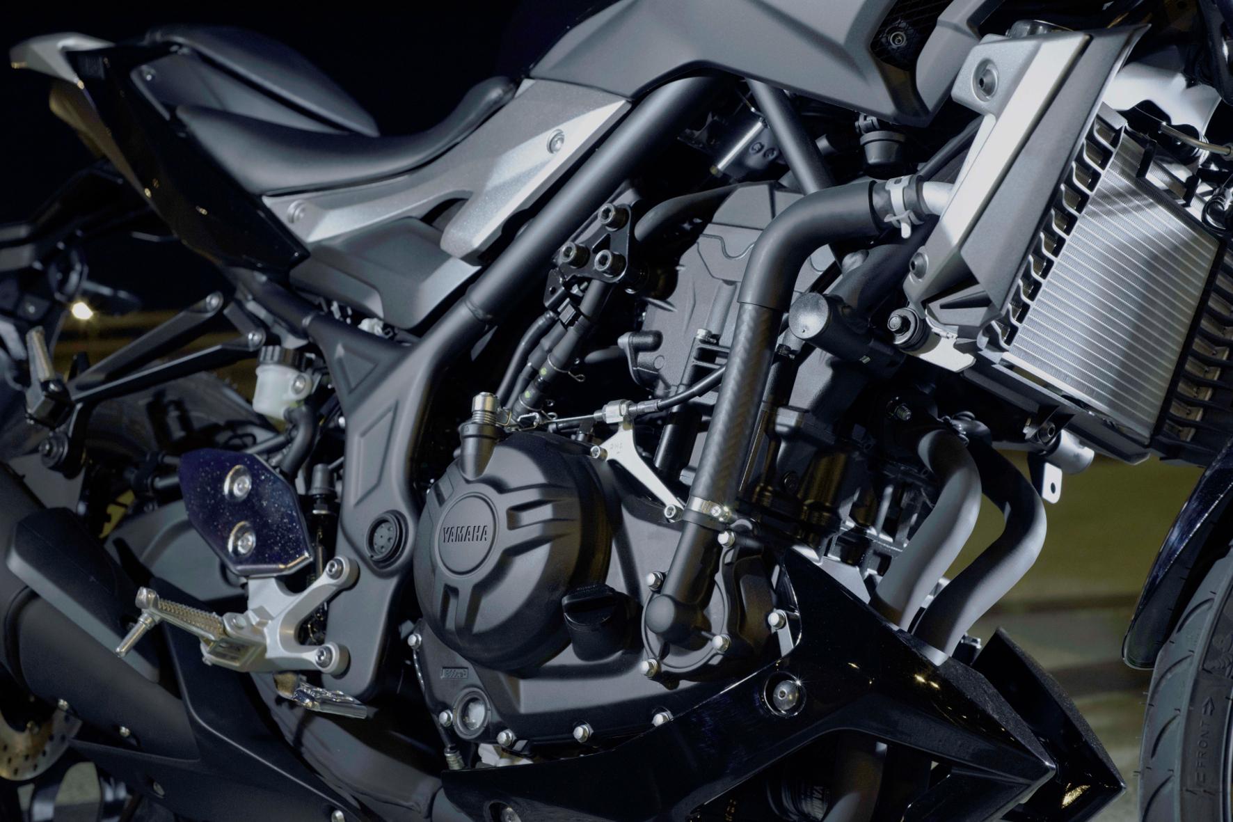 Der flüssigkeitsgekühlte Zweizylinder-Reihenmotor wurde komplett von der YZF-R3 übernommen.