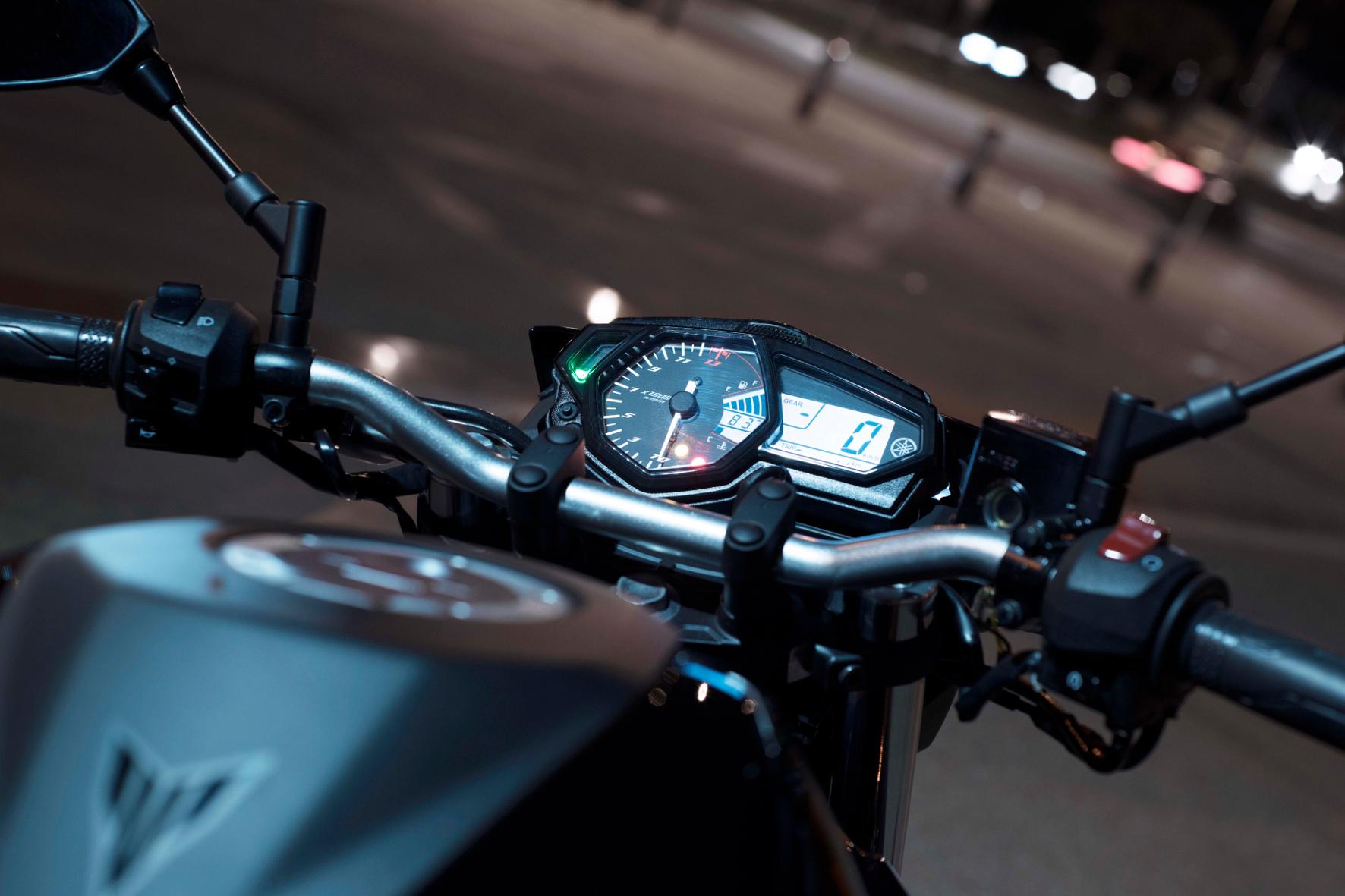Die 300er bevorzugt aktive Fahrer, die gerne am Quirl drehen und die Drehzahl hoch halten. Deshalb besitzt das Cockpit einen Drehzahlmesser als zentrale Analog-Anzeige.