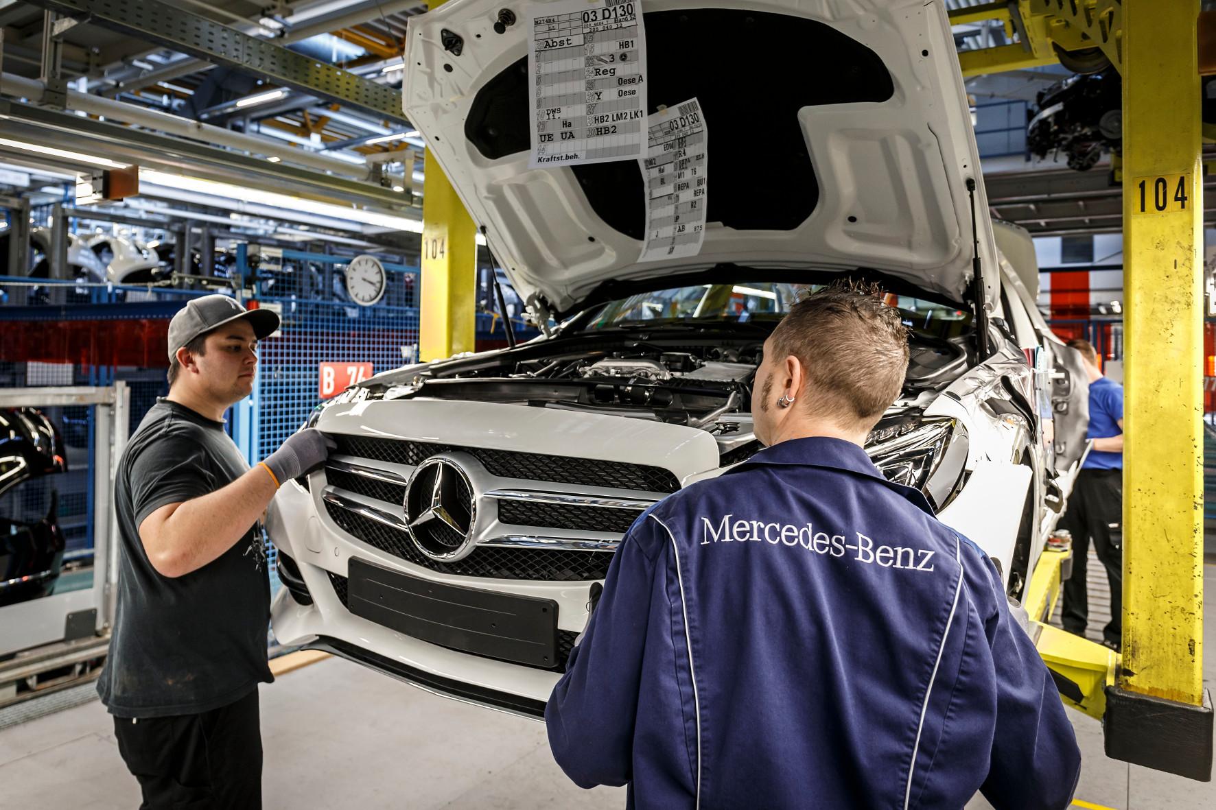 Alle Hände voll zu tun: Daimler will bis zum Jahr 2020 ein neues Pkw-Werk in Europa bauen.
