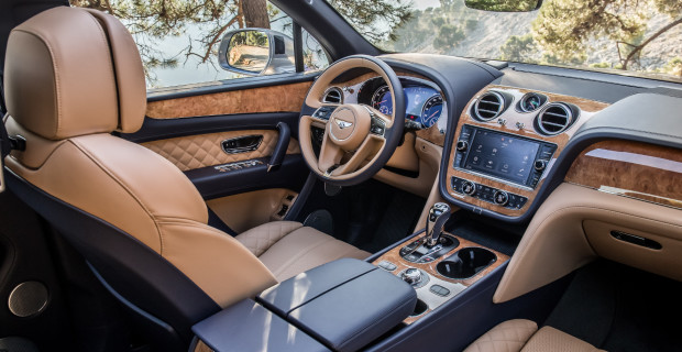 Aus dem Vollen gefräste Alu-Luftauslässe, üppig verlegtes Holzfurnier und in Chrom eingefasste Schalteinheiten: der luxuriöse Innenraum des Bentley Bentayga.