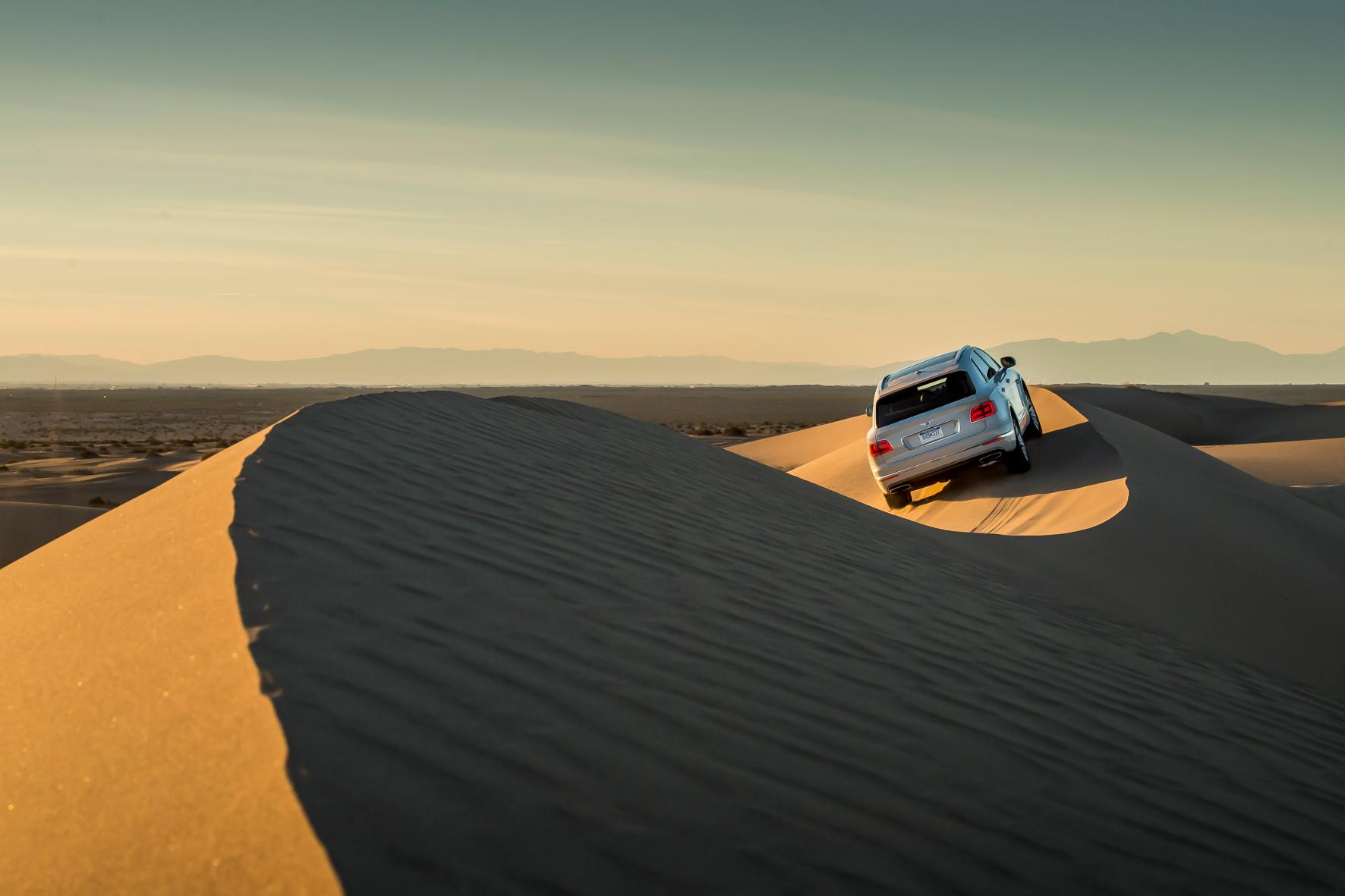 Dünenläufer: Ein spezieller Dynamik-Modus justiert beim Bentley Bentayga Bodenfreiheit, Gasannahme, Schaltstufen der Automatik und optimiert die Kraftverteilung für das wilde Treiben in schwerstem Terrain.