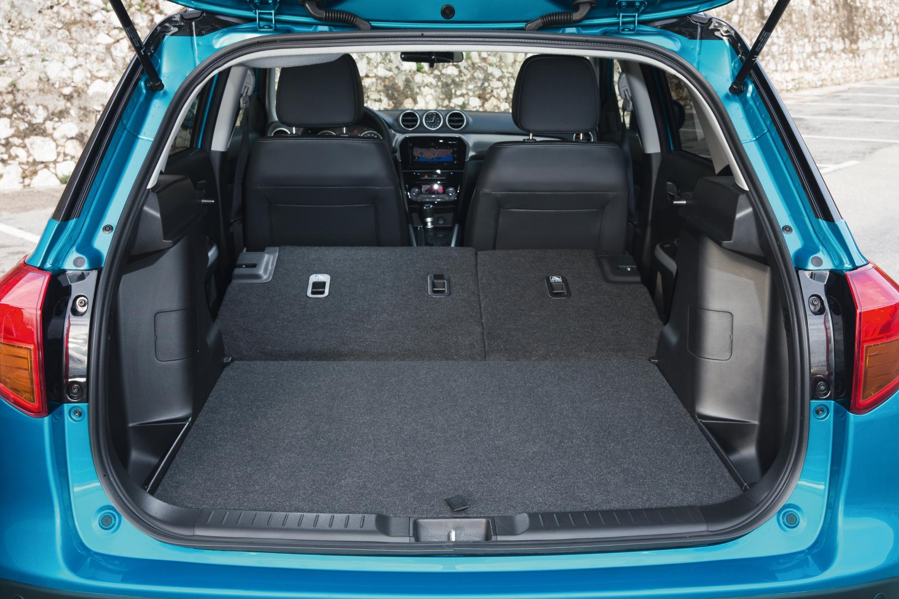 Das Ladevolumen des Suzuki Vitara beträgt bei fünf Sitzplätzen eher bescheidene 375 Liter, durch das Umklappen der Rücksitzlehne ergeben sich maximal 1.120 Liter.