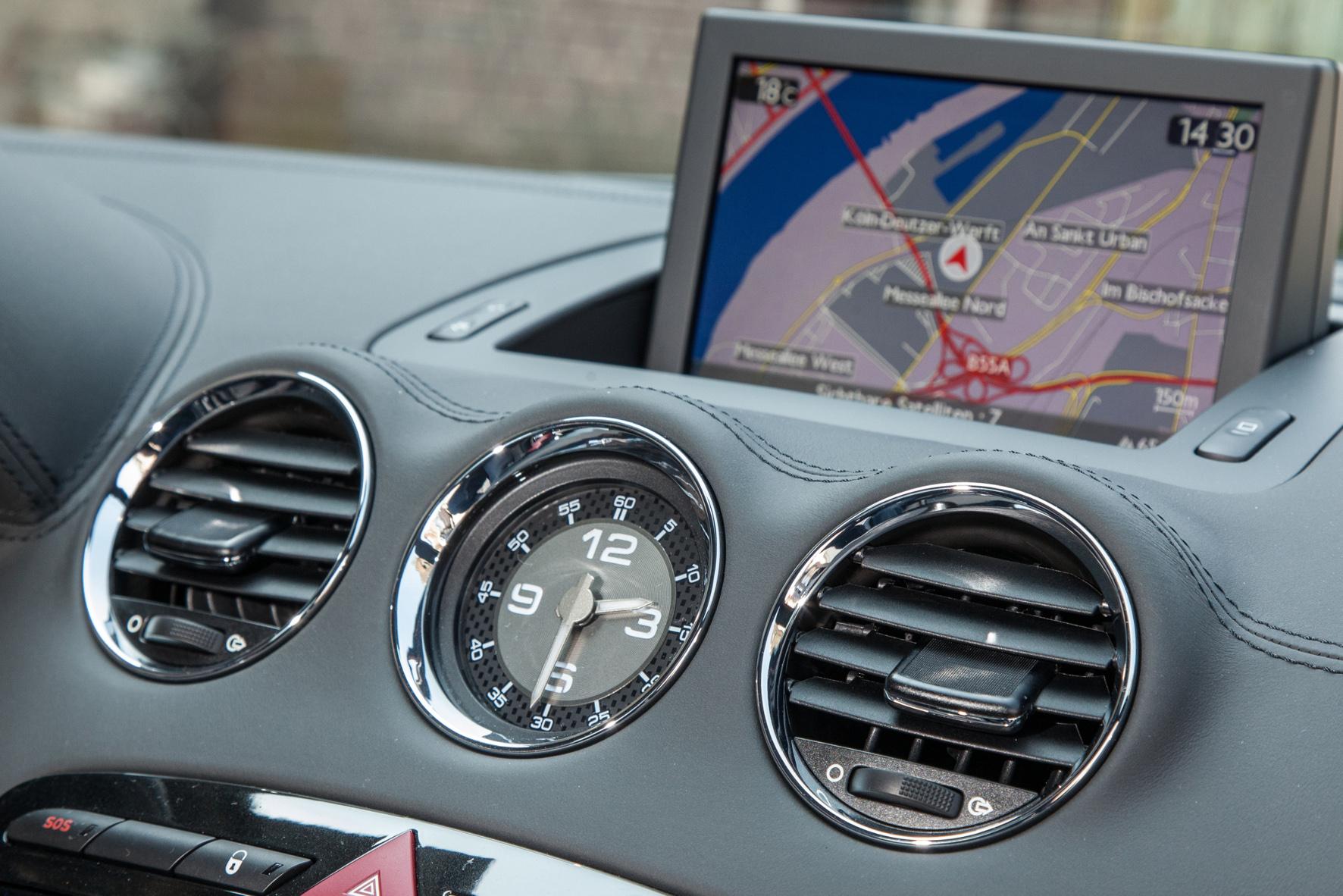Der 7-Zoll-Bildschirm im Peugeot RCZ R klappt bei Bedarf aus der Mittelkonsole. Ein Navigationssystem gehört zu Serienausstattung.