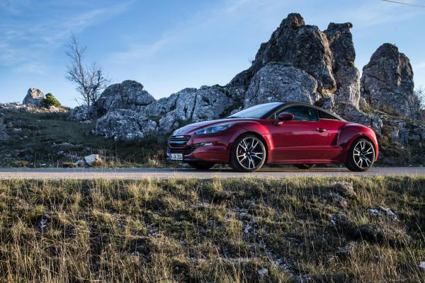 Flacher Aufbau, deutlich ausgestellte Radkästen, lange Haube und kurze Überhänge: Beim RCZ R setzt Peugeot auf klassische Sportwagen-Proportionen.