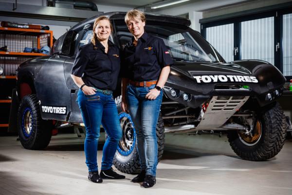 Frauen-Power: Die ehemalige Dakar-Siegerin Jutta Kleinschmidt (rechts) und Beifahrerin Tina Thörner helfen dem deutschen X-raid-Team beim Buggy-Projekt.