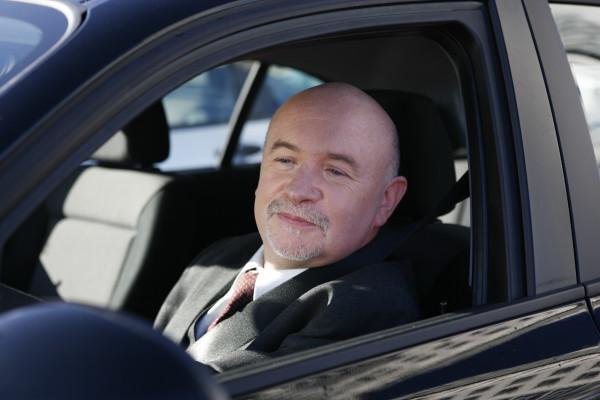 Lässt das Gehör von Autofahrern nach, müssen sie häufiger ihren Blick von der Fahrtrichtung abwenden, um Geräusche zuzuordnen.