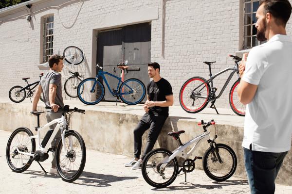 Mit neuen Farbkonzepten und einem breiteren Größenangebot macht BMW seine Bikes fit für den Fahrrad-Frühling.