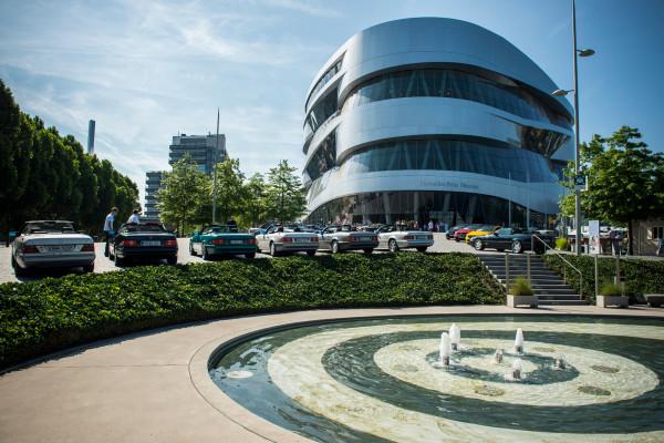 Nette Geste vom Auto-Rivalen: BMW-Mitarbeiter dürfen jetzt kostenlos das Mercedes-Museum in Stuttgart besuchen. Auf diese Art gratuliert die Stern-Marke den Bayerischen Motorenwerken zum 100. Geburtstag.