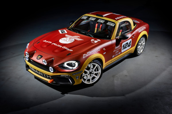 Scharf gemacht: Abarth verpasst dem neuen Fiat 124 ein wenig dezentes Motorsport-Outfit mit Zusatz-Leuchten und Zweifarb-Lackierung uns steigert die Leistung des italienischen Roadster auf 300 PS.