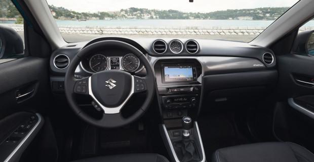 Übersichtlich und modern, aber noch großflächig aus Hartplastik: das Cockpit des Suzuki Vitara.