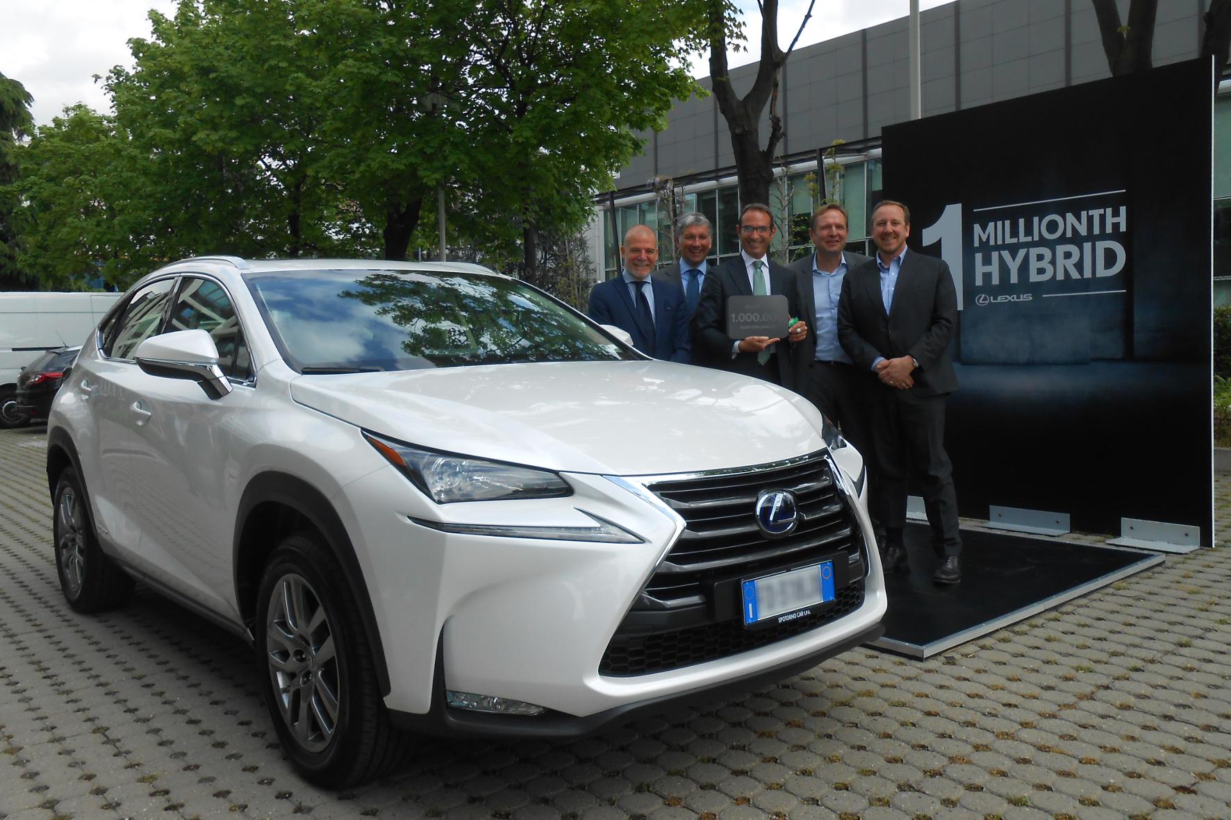 Meilenstein für Lexus: Die Toyota-Edeltochter hat jetzt ihr einmillionstes Hybridfahrzeug verkauft: einen weiß lackierten NX 300h.