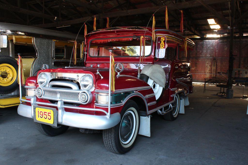Zu Besuch im Jeepney-Land: Dieser kurze Jeepney von 1955 ist eines der ersten Modelle von Sarao. Zu Besuch im Jeepney-Land: Dieser kurze Jeepney von 1955 ist eines der ersten Modelle von Sarao