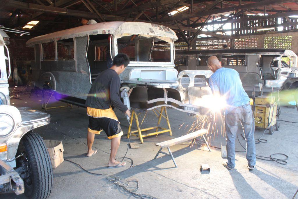 Zu Besuch im Jeepney-Land: Die Jeepneys werden in einer halboffenen Werkstatt gebaut. Zu Besuch im Jeepney-Land: Die Jeepneys werden in einer halboffenen Werkstatt gebaut