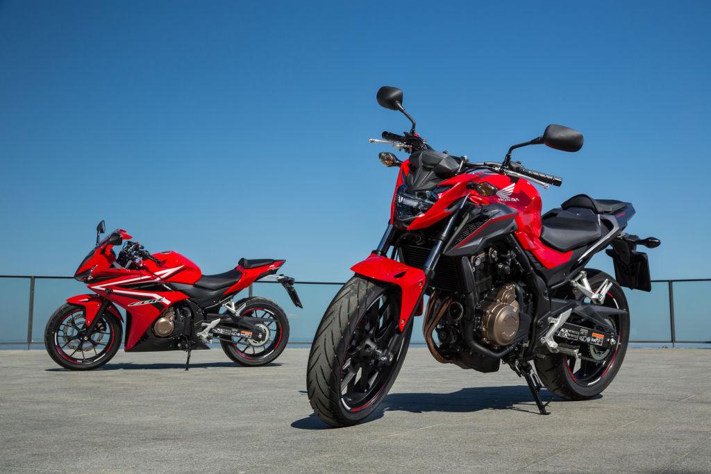 Honda CB 500 F (r.) und CBR 500 R (links)