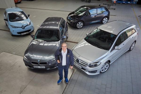 Der ADAC hat untersucht, welche Daten Hersteller aus dem Fahrzeug sammeln: Projektleiter Arnulf Thiemel vor den überprüften Autos