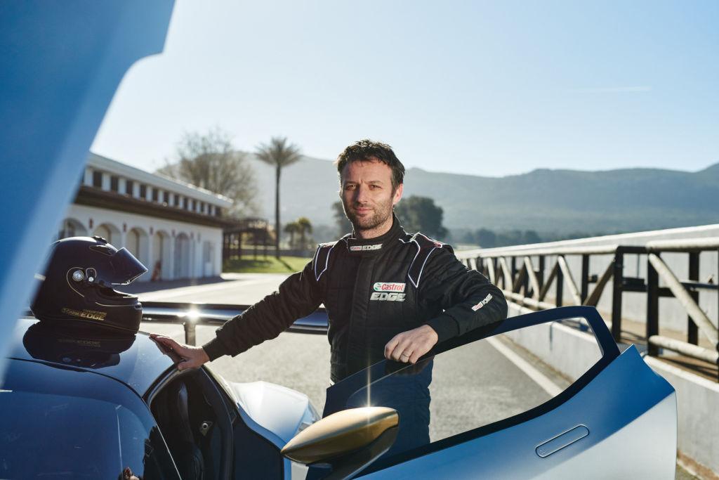 - Der britische Rennfahrer und zweimaliger Gewinner von Le Mans, Darren Turner, setzte sich ans Steuer des komplett aus Kohlefaser gefertigten Aston Martin Vulcan – eines von 24 jemals produzierten Fahrzeugen. Darren ist einer von sieben Fahrern weltweit, die für die Fahrt in diesem Supersportwagen ausgebildet wurden.