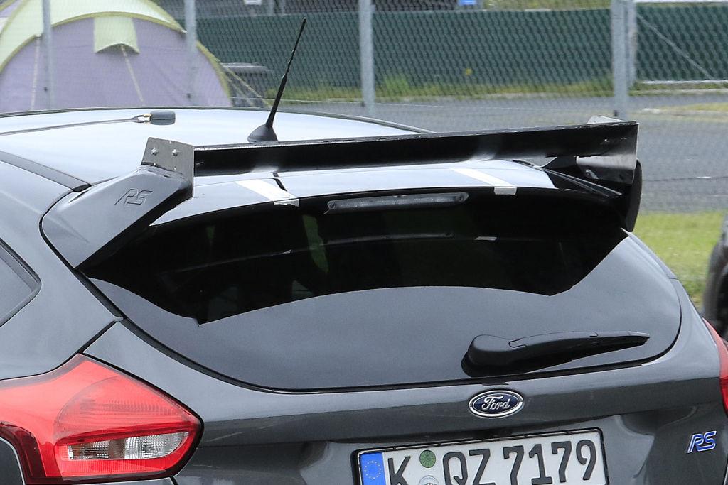 Ford Focus RS500 generiert über den mäcghtigen Dachspoiler Abtrieb auf die Hinterachse.