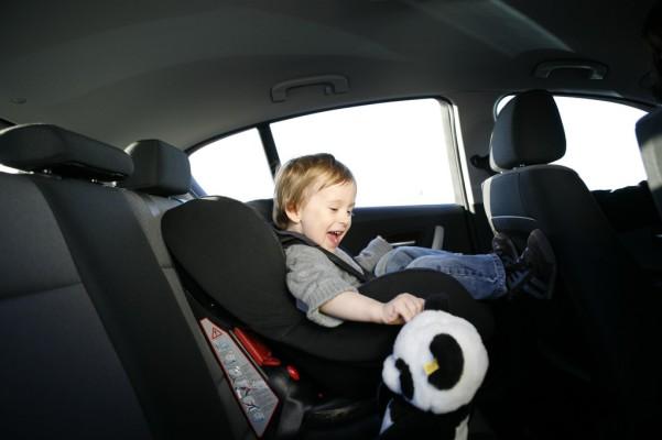 Auch im Urlaub muss das Kind in den Kindersitz